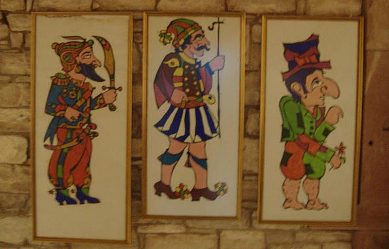 Φιγούρες Καραγκιόζη του Νίκου Γιαλούρη, εκθέματα στο Λαογραφικό Μουσείο Καλλιμασιάς