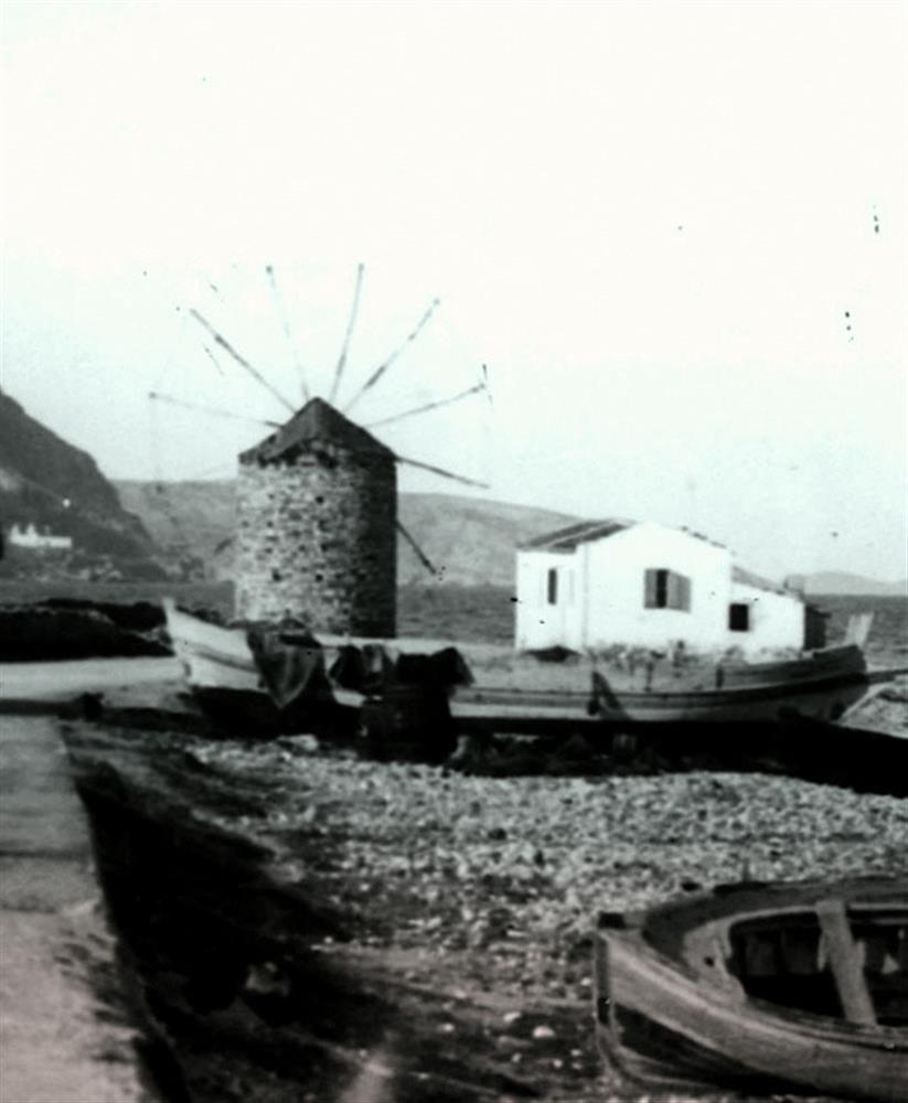 Λεπτομέρεια από τη φωτογραφία Π. Παπαχατζιδάκη: ο μεσαίος ανεμόμυλος