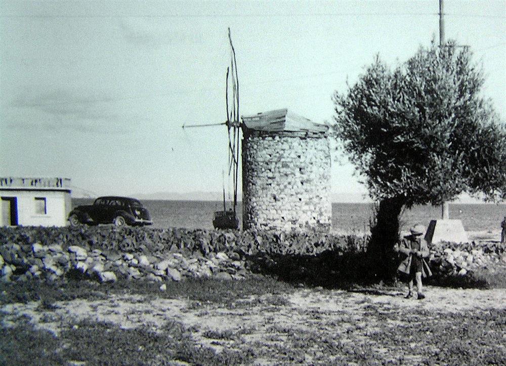 Γύρω στα 1950: ο μεσαίος μύλος που έχει κατεδαφισθεί. Στη θέση του σήμερα βρίσκεται super market.                      ΦΩΤ.: Νικόλαος Χαβιάρας, αρχείο Ευαγγελίας Χαβιάρα-Κοκκινάκη (ΠΗΓΗ: Ο κύκλος που έκλεισε…)
