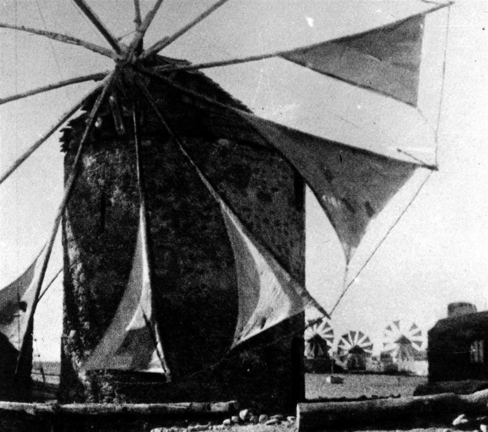 Λειτουργία των ανεμόμυλων στα Ταμπάκικα, το έτος 1928: ΦΩΤ.: Περικλής Παπαχατζιδάκης, φωτογραφικό αρχείο Μουσείου Μπενάκη
