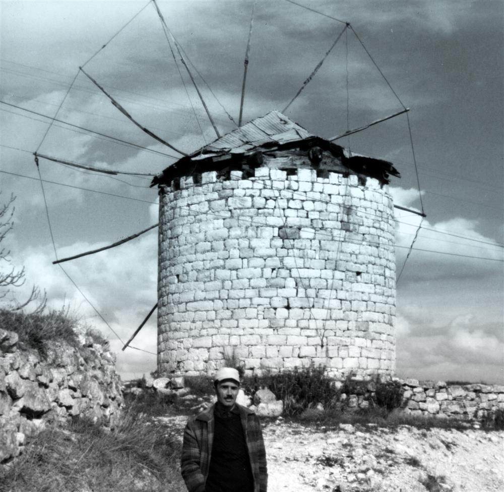 Ανεμόμυλος στον Ανέμωνα, το έτος 1970: ΦΩΤ.: Αδαμάντιος Π. Σαλιάρης, αρχείο Π. Δ. Σαλιάρη