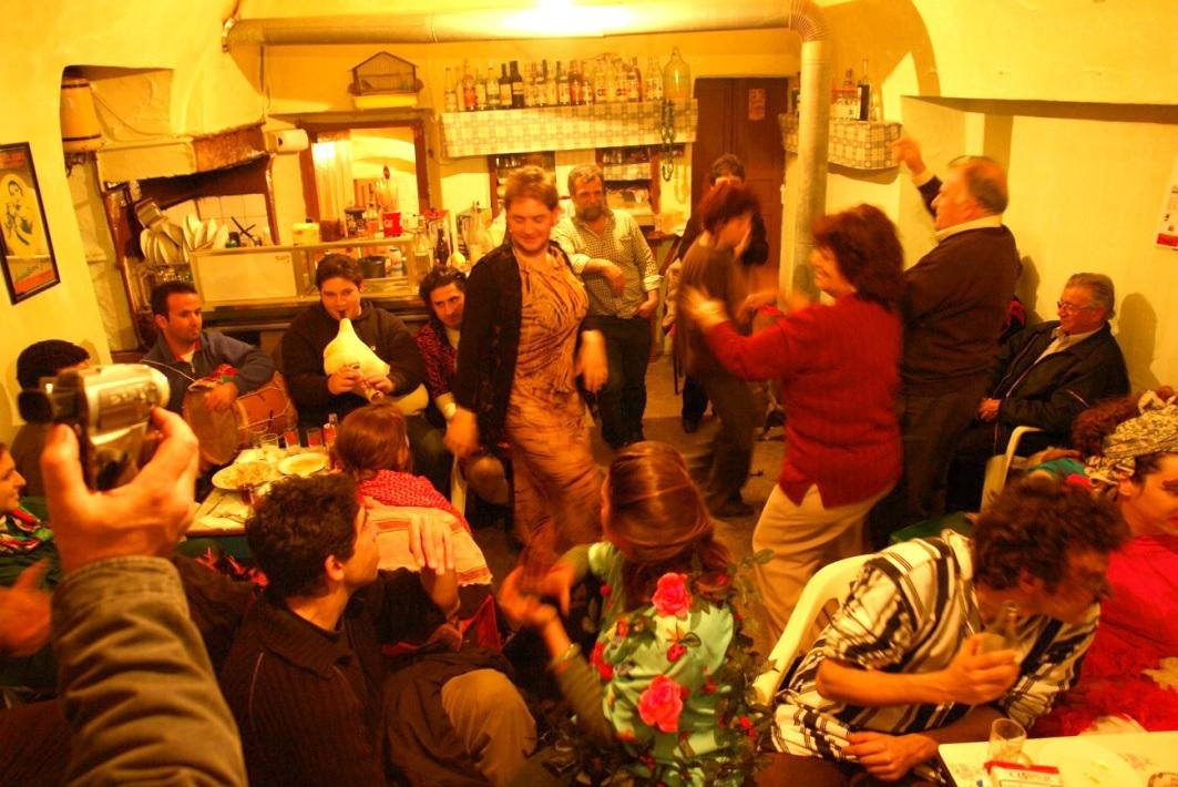Στιγμιότυπο από το βραδινό γλέντι της Τυρινής Κυριακής σε τοπικό καφενείο. Φωτογραφία: Γ. Μισετζής.