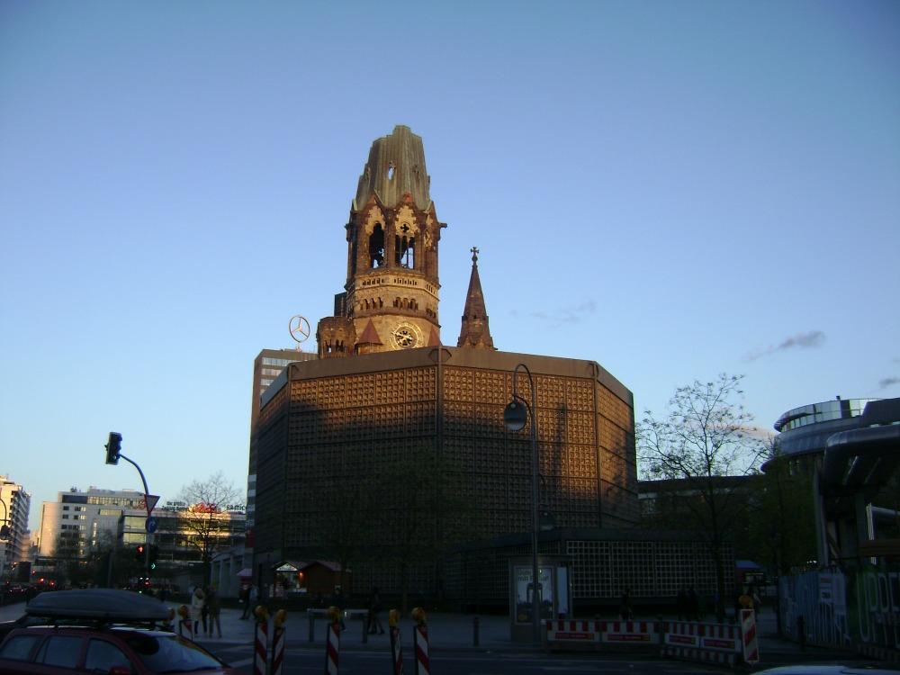 Αφήνοντας το βομβαρδισμένο πυργίσκο σκόπιμα να κραυγάζει, υποστήριξαν την γκρεμισμένη εκκλησία με ένα μοντέρνο οκτάγωνο κτίσμα