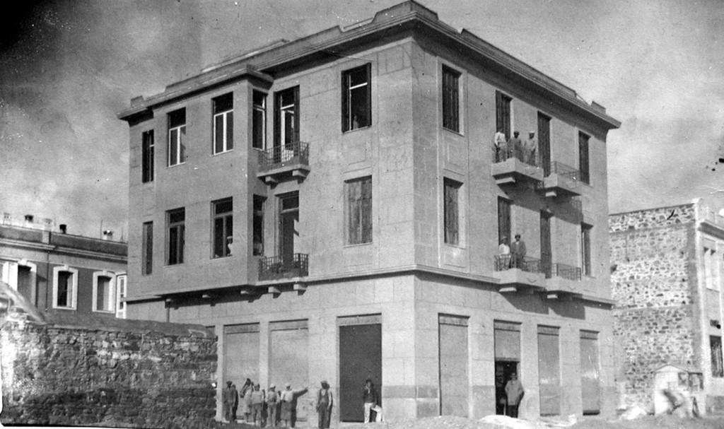Γενική άποψη του ξενοδοχείου λίγο πριν την ολοκλήρωσή του (Αρχείο κυρίας Στουπά, πηγή: Τετράδια Μνήμης Χίος 1935)
