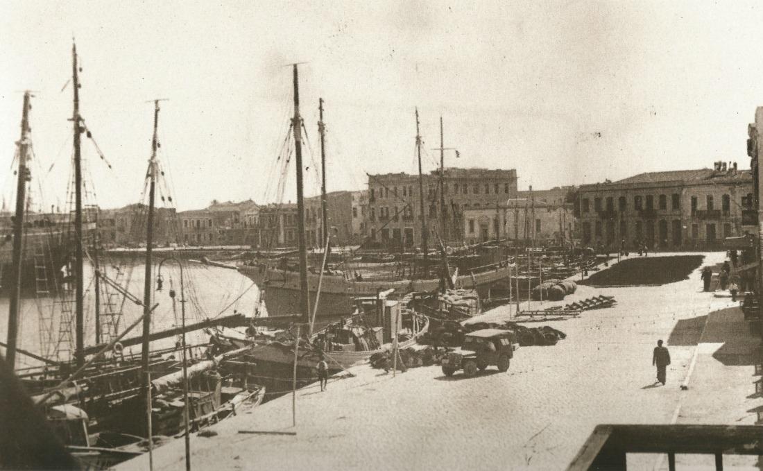 Τμήμα της προκυμαίας πριν από την ανέγερση των πολυκατοικιών. Τσάγκαρη-Ξανθάκη Χίος 100 χρόνια φωτογραφίας