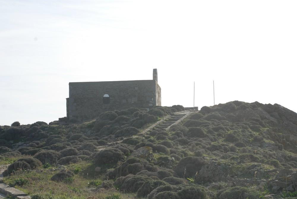 Οι ναοί Αγίου Ιωάννου - Αγίας Άννας, όπου το κανονιοστάσιο του Παλαιοκάστρου