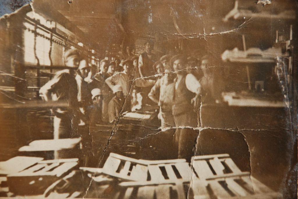 Εσωτερικό του εργοστασίου. Διακρίνεται αριστερά ο μεταφορέας