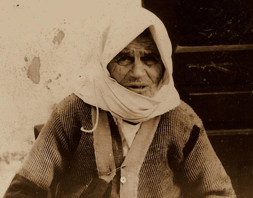 Γυναίκα από τα Νοτιόχωρα (Καλαμωτή;) που φωτογράφισε στις αρχές της δεκαετίας του 1960 ο φωτογράφος Γ. Μαΐστρος. Άραγε, ήταν, πράγματι «γρια» ή έτσι έμοιαζε;