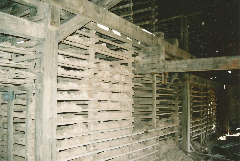 Τα ράφια όπου στέγνωναν τα προϊόντα του εργοστασίου