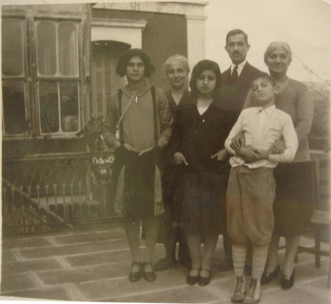 Μέλη της οικογενείας Ευαγγελινού στη βεράντα της έπαυλης την εποχή του Μεσοπολέμου
