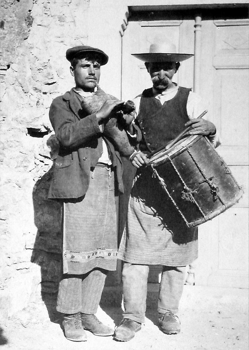 ΕΙΚ. 2 Οργανοπαίκτες από το Πυργί-Φωτ. αρχείο Φ. Αργέντη, Βιβλιοθήκη Χίου ΚΟΡΑΗΣ