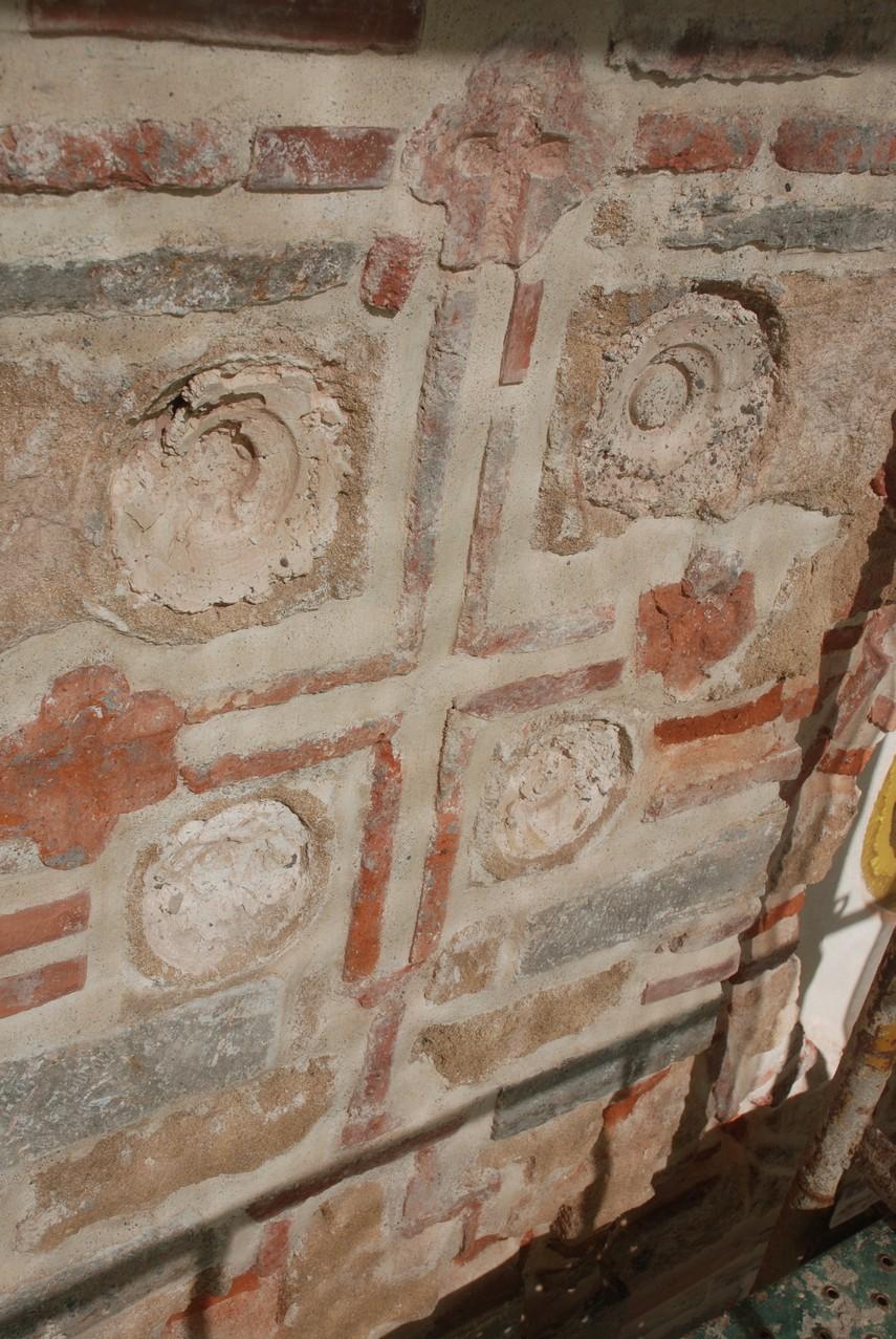Κεραμεικός σταυρός και θέσεις πινακίων
