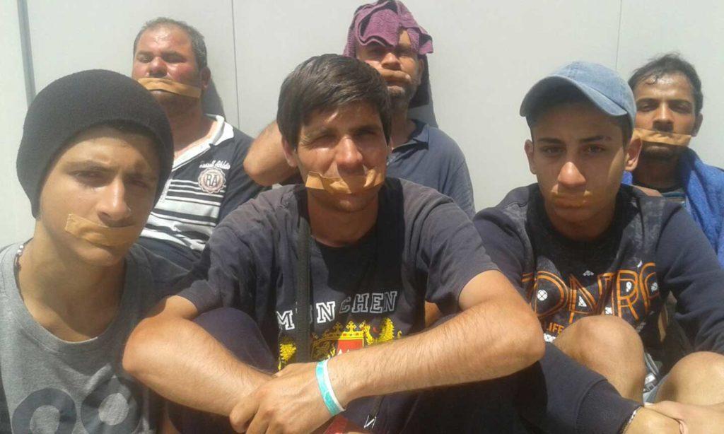Μερικοί από τους πρόσφυγες-απεργούς πείνας