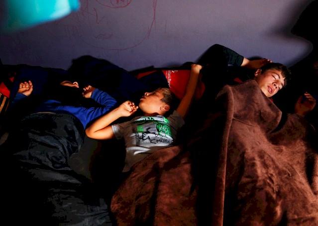 Τα παιδιά θα κοιμηθούν καταγής για ακόμα μία νύχτα απόψε στη Χίο και σε άλλα ελληνικά νησιά, τουλάχιστον όμως είναι μαζί με την οικογένειά τους. Άλλα παιδιά τριγυρνούν στους δρόμους της Χίου ασυνόδευτα, απροστάτευτα και εκτεθειμένα σε κάθε είδους κίνδυνο. Τα παιδιά αποτελούν περίπου το 40% των προσφύγων και μεταναστών που φτάνουν στην Ελλάδα, σύμφωνα με στοιχεία του ΟΗΕ. © Giorgos Moutafis