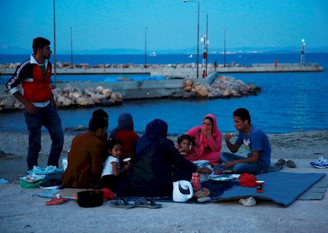 Η πλειοψηφία των ανθρώπων που βρίσκονται αποκλεισμένοι στα ελληνικά νησιά είναι οικογένειες, συμπεριλαμβανομένων γυναικών που ταξιδεύουν μόνες με τα παιδιά τους. Παρά τις άθλιες συνθήκες, πολύ συχνά η μεγαλύτερη ανησυχία τους είναι η έλλειψη πληροφόρησης. Η διαδικασία εξέτασης των αιτήσεων ασύλου είναι επίπονα αργή και ταυτόχρονα οι φήμες πληθαίνουν, πυροδοτώντας τον ήδη μεγάλο τους φόβο για το τί τους επιφυλάσσει το μέλλον. © Giorgos Moutafis