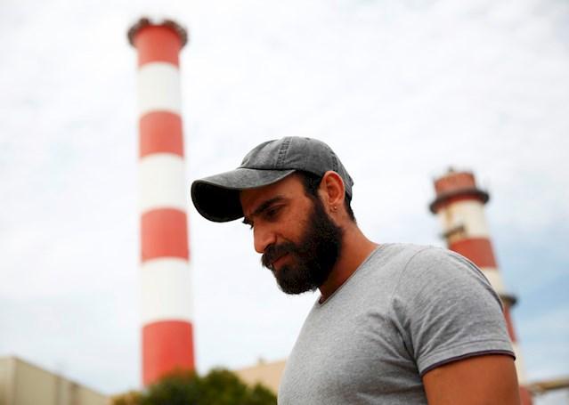 Ο Hani από τη Συρία είναι 31 ετών και έφτασε στη Χίο στις 20 Μαρτίου, την ημέρα που τέθηκε σε ισχύ η «συμφωνία» ΕΕ-Τουρκίας. Έκτοτε βρίσκεται αποκλεισμένος εκεί και κοιμάται καταγής δίπλα σε άλλες οικογένειες στον ανεπίσημο καταυλισμό ΔΗΠΕΘΕ. Η οικογένειά του βρίσκεται πίσω στη Συρία. «Τους τηλεφωνώ κάθε μέρα για να βεβαιωθώ ότι είναι ζωντανοί» είπε.© Giorgos Moutafis
