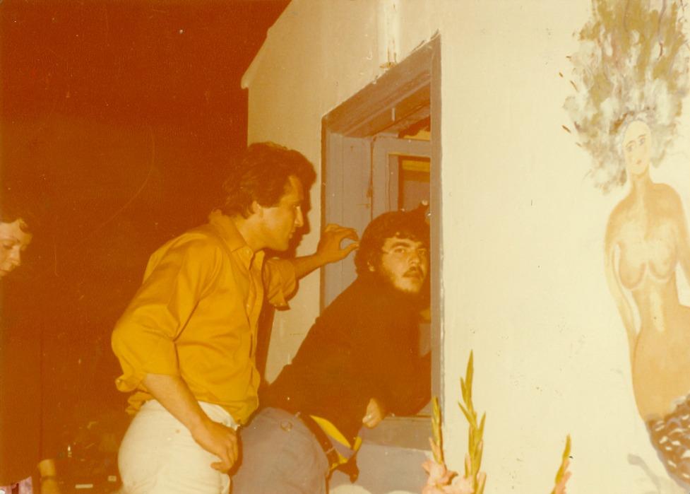 Στέλιος Χαρίτος και Παντελής Καβύρης. Στα δεξιά, μια από τις γοργόνες που είχε ζωγραφίσει ο Τάκης Μαντζούκης
