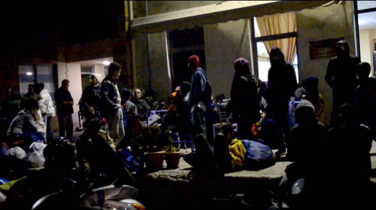 Οικογένειες με παιδιά στα χέρια βρίσκουν προσωρινό καταφύγιο μες στο κρύο, έξω από την Ιχθυόσκαλα (Πέμπτη 17/11/2016, βράδυ)