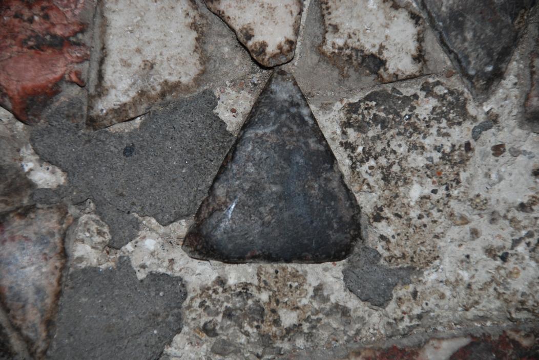 Τριγωνική κρούστα μαρμάρου από θέμα του Κυρίως Ναού